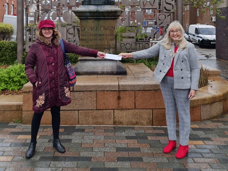 Upcycling prize presented to Katharine Wilding by Teresa Carberry, Mayor of Mold